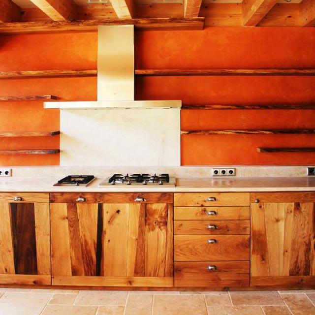 Cuisine en bois brut. aménagement privé bois massif