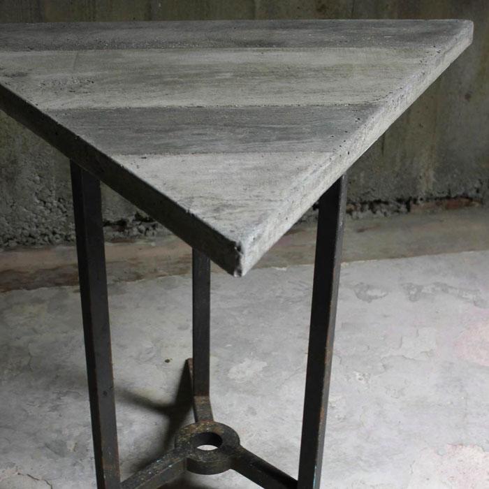 table triangulaire en acier naturel cir et b ton noir de vigne eb niste paris vend me tours. Black Bedroom Furniture Sets. Home Design Ideas