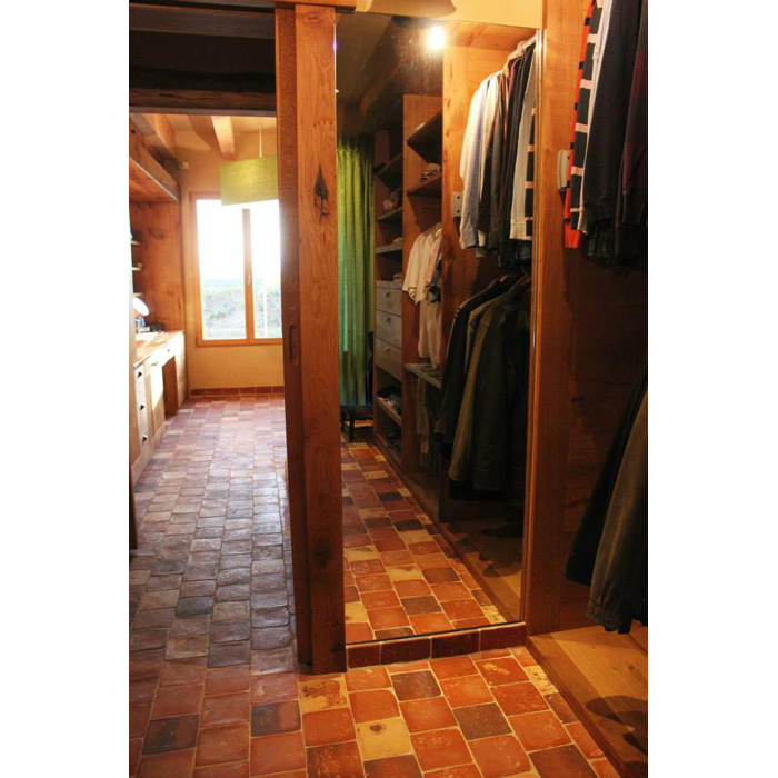 Agencement de dressing privé et salle de bain sur mesure par ébéniste en bois massif