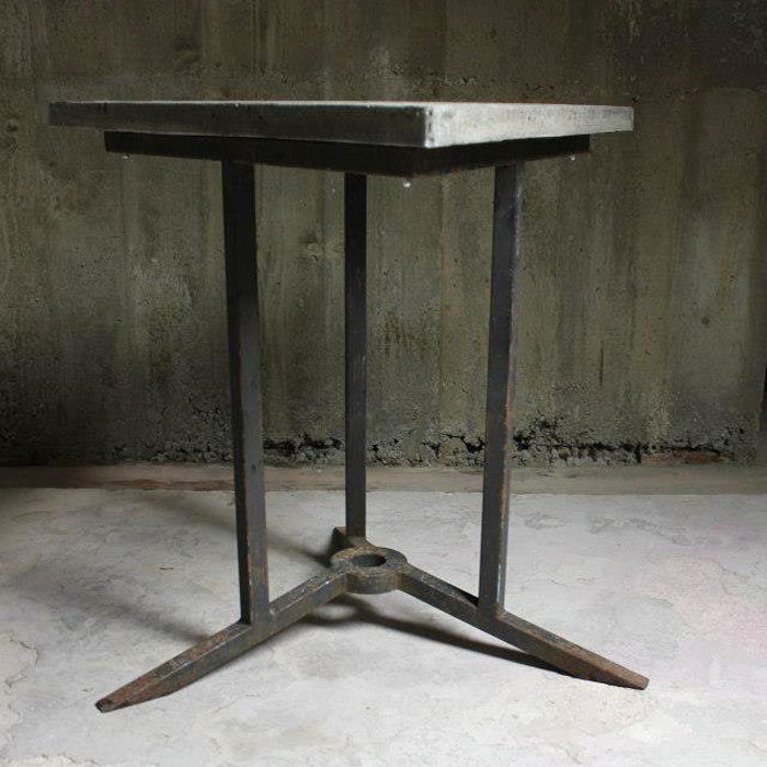 table triangulaire béton piètement table acier
