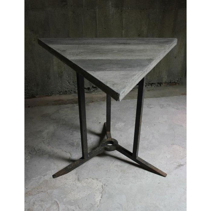 piètement table acier pour table triangulaire béton