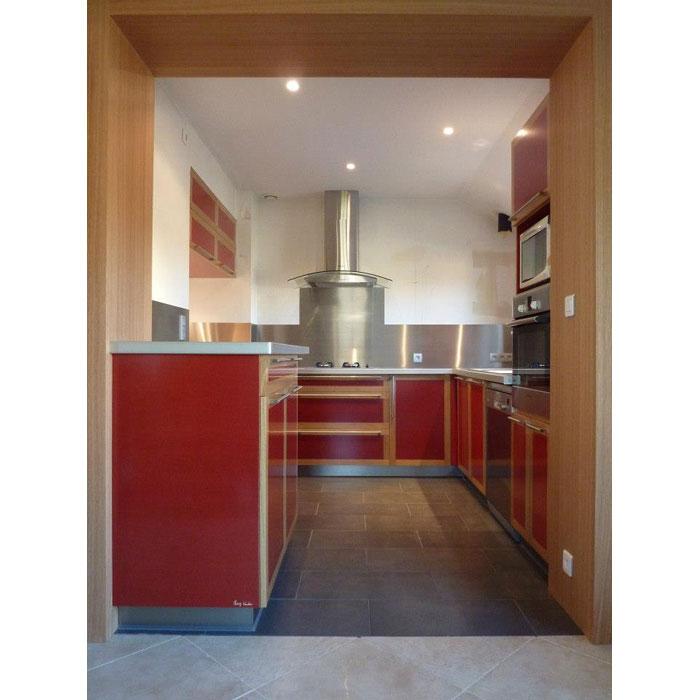 aménagement cuisine couleur Valchromat par ébéniste et bois massif