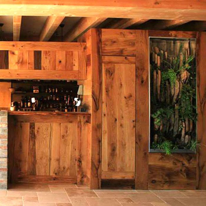 cuisine en bois massif et mur végétalisé