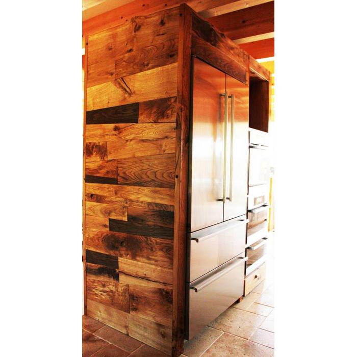 Aménagement de cuisine sur mesure en bois massif, placards et frigo encastré