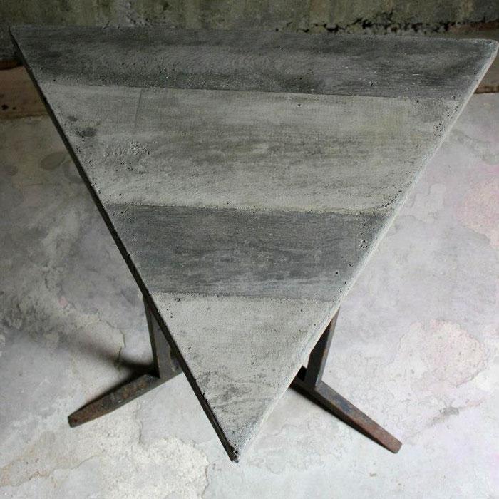 table triangulaire béton et piètement acier